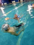 수영 배우는 아이