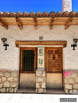 스페인 건물에 흔히 있는 현관문 막아놓은 판, 그 정체는?
