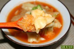 비 오는 날 더욱 맛있는 얼큰한 '김치 감자 수제비'