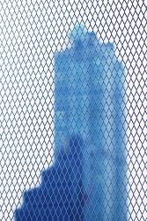 빌딩과 철조망