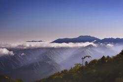 운해에 휩싸인 황철봉 (설악산 아침. 6월 17일)