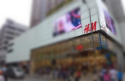 "H&M의 몰락 ""우리는 왜 히틀러 시대에 머물러 있는가"""
