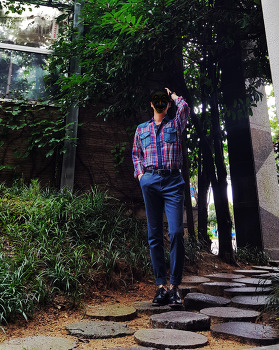 남자 블루 코디 : 코발트블루 & 다즐링블루 코디 [제너럴 아이디어] 셔츠 + [폴햄] 면바지 with 블랙 구두 및 벨트