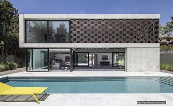 이스라엘 텔아비브에 만들어진 세련된 노출 콘크리트 모던주택