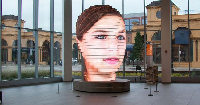 LED 디스플레이로 만든 4미터 짜리 거대한 얼굴