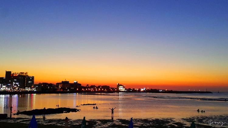여름의 끝 … 해변에 내려 앉은 붉은 빛 '석양'