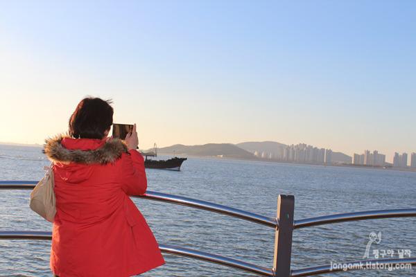 월미도 풍경을 찍고 있는 모습