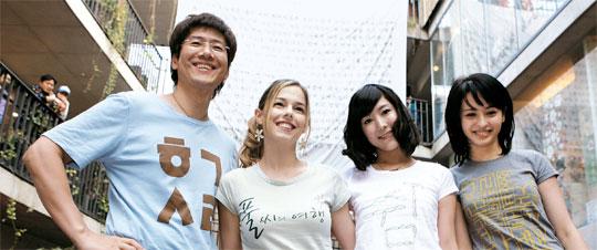 정재환씨가 5일 인사동에서 '미녀들의 수다' 멤버인 도미니크(캐나다), 사유리(일본), 구잘(우즈베키스탄) 등 외국인 미녀들과 함께 한글로 멋지음(디자인)한 '한글옷'을 선뵈고 있다. 이날 행사에선 600여 벌이 동났다.