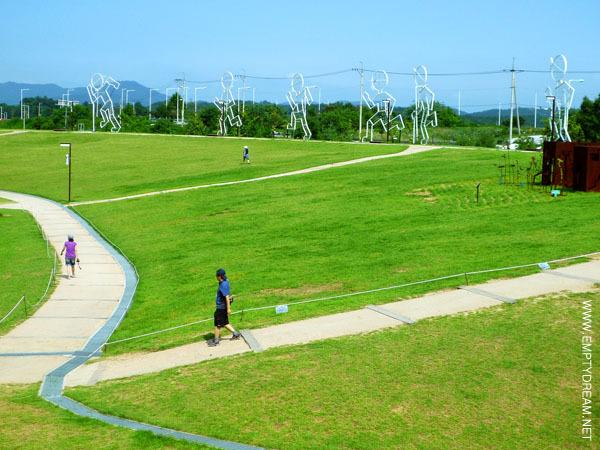 평화누리 한쪽편에 설치된 마라톤하는 소년 조형물.