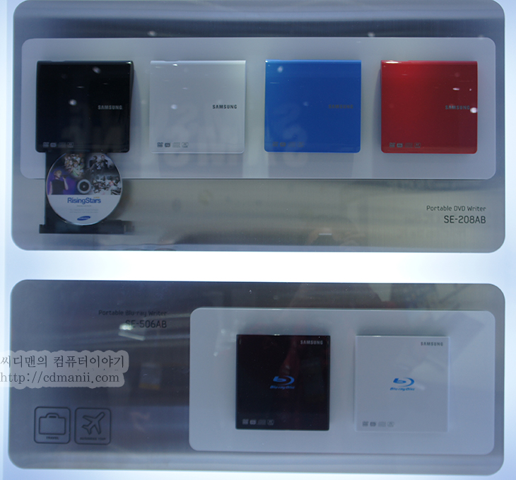 삼성 SSD 830 Series 256GB, CES2012, CES 2012, CES 2012 후기, CES2012 후기, 후기, 제품, 리뷰, 사용기, IT, SSD, 사진, 256GB, 128GB, 120GB, 512GB, 삼성, SAMSUNG, 인텔, 마벨, 샌드포드, Ultra Portable DVD Writer, SE-218BB, 울트라북, Ultrabook, 스마트허브, 스마트 허브, Smart Hub,삼성 SSD 830 Series 256GB는 CES2012 참석하기 전에 미리 구매를 해 두었습니다. 이유는 미국에 가서 사진을 많이 찍은 뒤 안전하게보관할 장소가 필요했었기 때문인데요. 외장하드디스크는 뭔가 좀 불안하고 삼성 SSD 830 Series 256GB가 딱이었죠. SSD는 집어 던져도 잘 고장이 안나니까요. 256GB를 무리해서 구매한 이유는 나중에 데스크탑에 연결해서 사용하기 위함이었는데요. 제가 C드라이브를 좀 많이 써서 128GB는 좀 부족하고 256GB는 되어야하더군요. S-ATA3가 되는 타입으로 선택했기에 읽기 500MB/sec 이상 , 쓰기 400MB/sec 이상을 보여주는 괜찮은 SSD 입니다.  하드디스크는 용량면에서 계속 발전하고 속도도 계속 발전을 했는데요. 디스크가 모터축을 기준으로 회전하고 플래터 위를 해더가 날라다니면서 데이터를 읽어들이는 형태이기 때문에 분명 속도에서 어느정도의 한계치는 있습니다. RPM을 무작정 올릴 수 도 없구요. 물론 서버에서는 15000RPM의 하드디스크를 쓰기도 하지만요. SSD라는 물건이 나왔습니다. 엑세스타임에서 엄청난 속도를 보여주고 어느 구간이든 일정한 속도를 보여주는게 특징이었죠. 하지만 너무 높은 가격에 하이브리드 하드디스크가 나오고 MLC 타입의 용량대비 가격을 낮춘 제품들이 나오기 시작했습니다. 지금은 S-ATA3 타입의 SSD가 나와있는 상태이고 128GB가 30만원대 벽을 뚫고 20만원대로 진입함으로써 처음 컴퓨터를 구매하려는 사용자들도 SSD로 많이 선택을 하는 추세이죠. SSD를 한번 썼던 사용자라면 그 속도에 어쩔 수 없이 다시 구매하게 되기도 하구요.  SSD는 사실 비슷하지만 MLC 타입에 있어서는 제어를 해주는 컨트롤러의 성능이  상당히 중요하죠. 이것으로 안정성과 성능이 판가름 나니까요. 대표적인 컨트롤러로 인텔, 마벨, 삼성, 샌드포드가 있지만, 저는 지금 인텔 SSD S-ATA2 와 삼성 SSD S-ATA3 두개를 모두 사용 중입니다. 모든 업체에서 여러가지 SSD를 내어놓고 특히 삼성이 SSD를 대량으로 만들어내면서 가격을 많이 낮춘 측면이 있습니다. 소비자 입장에서는 좋은 일이죠. 삼성 470 시리즈가 성공적으로 런칭이 되고 지금은 830 시리즈가 나오고 별탈없이 사용자들에게 평가를 받고 있습니다.  사용자는 자신이 생각하는 투자비용 정도를 어느정도 생각하고 있습니다. 그 근점해서 가격이 내려오면 구매를 하게 되죠. 처음에는 64GB가 사용자가 선택하기 적합했다면 시간이 흐르고 80GB , 128GB로 점점 올라갔습니다. 물론 좀 더 투자하는  사람들은 128GB를 2개를 사서 RAID 0 으로 쓰거나 또는 256GB를 선택하죠. 물론 더 여유가 있다면 512GB로.   조금 이야기가 다른 곳으로 간듯하긴 하지만, CES2012 삼성 부스에서 만나본 삼성 SSD 830 시리즈에 대해서 살펴보도록 하겠습니다.