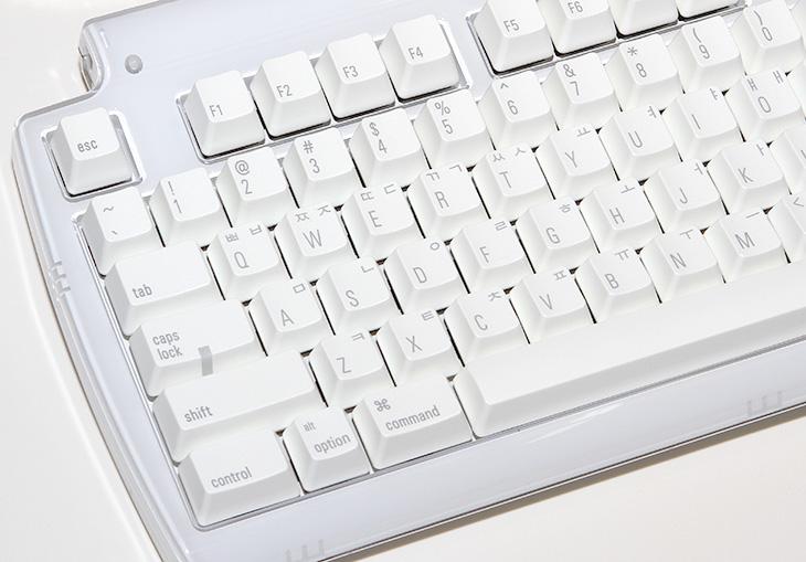 맥용 기계식 키보드, 텍타일 프로 3, 리뷰, Matias tactile pro 3, matias, review, 사용기, 후기, 제품 리뷰, IT, 사진, 키보드, 기계식 키보드, 기계식키보드, PC, 체리사, 유사 ALPS 백축 스위치, 스위치,맥용 기계식 키보드 텍타일 프로 3를 이번 리뷰를 통해서 사용 느낌을 살펴보도록 하겠습니다. matias사의 제품을 제닉스에서 공식 수입하기로 했고 출시가 되었는데요. 맥북에어를 켜고 맥용 기계식 키보드 텍타일 프로 3를 직접 연결 후 써보니 맥북의 쫀득한 느낌을 기계식에도 잘 살린 느낌이 들더군요. 물론 소음은 기계식 키보드 이므로 분명 있습니다. 다만 기계식 키보드를 선택하는 분들의 요구는 기분좋은 키의 타격감과 소리 그리고 정확한 타이핑 일겁니다. 지금 제가 제닉스 Tesoro M7 Gaming 클릭타입을 쓰고 있는데 누를 때 조금 힘을 받은 상태에서 어느정도 눌렀을 때 딸깍 소리가 나면서 비슷한 압력으로 좀 더 깊게 눌리는 느낌이 나는데요. 텍타일 프로 3는 처음에는 힘이 비교적 더 적게 들면서 눌리며 어느정도에서 딸깍 소리가나면서 힘을 좀 더 들어야 눌리는 타입이네요.  Matias사의 텍타일 프로 3는 유사 ALPS 백축 스위치가 쓰였습니다. 맥북에어 키보드를 누를 때도 중독감이 있는데 이 키보드 역시 그렇네요. 써보니 뭔가 매력이 있습니다. 그런데 소리는 체리사의 클릭 키보드보다 좀 더 큰 느낌이 듭니다. 뭔가 가볍게 좀 더 울리는 소리가 나네요.  외형 부분에서 투명PC 재질을 써서 상당히 맥 느낌을 잘 살렸습니다. 아이맥과 맥북에어, 맥북 등 모두 잘 어울립니다. 디자인 뿐만 아니라 USB 단자로 입력 되더라도 6키 까지 동시 입력을 지원하며, 안티 고스트 기능으로 빠른 타이핑에도 오타가 나지 않도록 했습니다. tactile pro, tactile, tactilepro, tactile 프로, 테타일 Pro