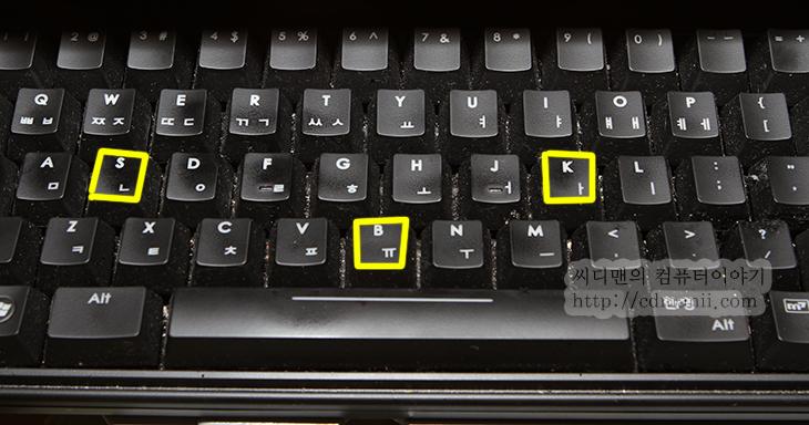키보드 해킹, 키로그, 키로거, 타입세이프, 사용기, 사용법, 후기, 리뷰, 장점, 단점, 키보드 해킹 키로그 타입세이프 사용기 및 사용법, 키보드, USB, PS/2, IT,키보드 해킹 키로그 타입세이프 사용기 및 사용법  처음 사용하는 컴퓨터에 암호를 입력할 때 좀 꺼림직할 때가 있습니다. 키보드 해킹이나 키로그 키로거 등으로 인해서 암호가 누출되지 않을까 하는 점에서인데요. 지금 설명할 타입세이프를 사용하면 소프트웨어 방식이 아닌 하드웨어방식으로 키보드의 입력을 모두 기록합니다. 다른 컴퓨터에 프로그램을 설치하여 기록하거나 또는 기록된 내용을 가져오는 방식이 아니라 키보드의 단자에 직접 연결하여 키보드의 신호를 그대로 기록 하기때문에 몇가지 장점을 가집니다.  타입세이프의 장점이라면 키보드 앞단에 놓이기 때문에 컴퓨터 내에서 해킹이 되고 있는지 알 수 없다는 점 입니다. 단점이라면 직접 연결을 꼭 해야한다는 점은 있죠. 제한 되는 부분이 있긴 하지만 좋게 사용하면 문서를 작성 중 컴퓨터가 꺼지거나 파일이 실제로 지워져버려서 문제가 생겼을 때 복구를 할 수 있습니다. 나쁘게 활용하면 키보드를 사용하는 사람의 기록을 모두 훔쳐볼 수 있겠죠.