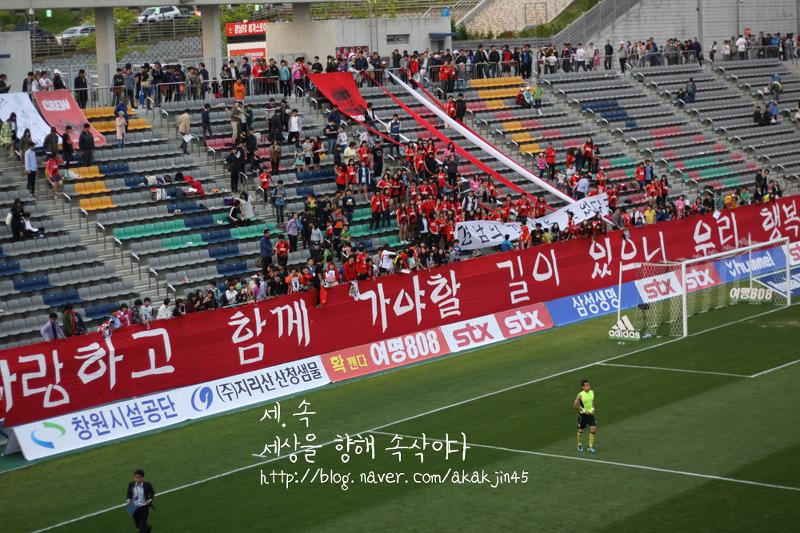 김주영은 자신을 아꼈던 팬들에게 다가가 인사를 하고 돌아왔다. 크게 심호흡을 하는 그의 모습에서 심정을 엿볼 수 있다.
