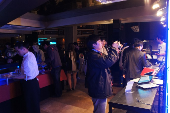 클럽 앤써에 모인 블로거, 기자들의 모습
