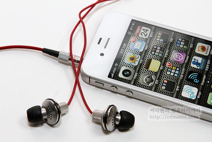 아토믹 플로이드 하이데프드럼, ATOMIC FLOYD HiDefDrum+Remote, 사용기, 아토믹 플로이드 ATOMIC FLOYD HiDefDrum+Remote 사용기, 리뷰, IT, review, 후기, 이어폰, 커널, 항공기, 무산소, 극동선, A/S, 저음, 깨끗한, 메탈, 메탈재질, 아이폰전용, 갤럭시S3, 리모트, 음악재생, 음악, 볼륨, 조정, 컨트롤러, 스피커, 음향, 악세서리,아토믹 플로이드 ATOMIC FLOYD HiDefDrum+Remote 사용기  아이폰과 아이패드 아이팟에 쓸만한 좋은 이어폰을 하나 소개해봅니다. 이전에도 제가 미국에 다녀오면서 사용하고 소개해 드렸던 그 이어폰의 다른 버전인데요. 아토믹 플로이드 HiDefDrum+Remote 입니다. 이어폰이 금속의 몸체를 가지고 있고 원반 모양을 하고 있어서 특이한 모습을 하고 있습니다. 그리고 붉은색과 검은색 그리고 금속의 은색이 잘 어울려져서 디자인적으로도 상당히 매력적인 애플 전용 이어폰입니다. 아이폰4S에 연결해서 사용해보니 음질도 좋고 리모트도 편리하네요. 볼륨올리기 볼륨내리기 재생/일시정지 3가지 버튼만 존재하지만 재생버튼을 두번 누르면 다음곡재생, 3번연속 누르면 이전곡재생이 되므로 버튼 3개로 5가지의기 능을 구현할 수 있습니다. 그리고 리모트 부분에 마이크가 있어서 전화가 왔을 때 버튼을 눌러서 받고 그대로 대화를 할 수 있습니다.  아토믹 플로이드 ATOMIC FLOYD HiDefDrum+Remote는 아이폰과 아이패드, 아아팟의 애플전용 제품이지만, 갤럭시S3에 꽂고 사용해보니 그래도 몇가지 기능은 되네요. 볼륨 올리고 내리는것은 안되지만 재생,일시정지,다음곡 재생 이 3가지 기능은 되더군요.