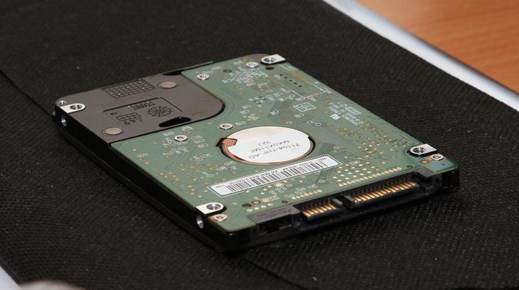 인텔 SSD 일반 하드디스크, HDD, SSD HDD, 4K, 80GB, i3-380UM, intel, intel SSD, Intel SSD 320 Series PVR 80GB, Intel SSD 320 Series PVR 80GB 부팅속도, intle toolbox, It, loading, nand, Review, solid state drive, SSD, ssd 오류, ssd 점검 프로그램, ssd 체크 프로그램, X430, 낸드, 낸드플래시, 노트북, 로딩 속도, 로딩속도, 리뷰, 부팅, 사용기, 사진, 삼성노트북, 속도, 어플리케이션 로딩속도, 인텍앤컴퍼니, 인텔, 인텔 SSD, 인텔 ssd 점검 프로그램, 인텔 툴박스, 플래시, 하드디스크,인텔 SSD가 좋다는건 대부분 알고 있습니다. 근데 대부분은 성능이 좋은 드라이브정도로만 알고 있는데요. 다른 목적으로는 높은 신뢰도와 안정성 때문에 항공기의 블랙박스와 군수용으로 쓰이기도 합니다. SSD는 우리가 이미 많이 사용하고 있는 하드디스크 (HDD) 보다 구조적인 차이때문에 충격에 강하기 때문이죠. 물론 기판자체가 다치면 안되기 때문에 SSD의 기판은 마그네슘 합금의 박스 안에 담기게 됩니다. 미리 말해드리지만 충격에 강하다는것이지 일부러 충격을 줘도 된다는 뜻은 아닙니다. 제가 아래에서 인텔 SSD가 일반하드디스크에 비해서 무엇이 좋은지 설명하는 내용은 참고로만 봐주세요.