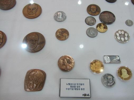 노벨상수상 작가들의 얼굴을 담은 수상기념 메달과 동전