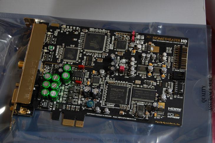 사운드카드 발열, 오젠텍 X-fi 홈씨어터HD, 오젠텍, 사운드카드, 성능, IT, Sound Card, PCI-E 1X, HOMETHATER HD, 홈시어터,사운드카드 발열 오젠텍 X-fi 홈씨어터HD  사운드블라스터 오디지2 사운드카드를 오랫동안 써오다가 오젠텍 X-fi 홈씨어터HD로 갈아탄지도 이제 좀 되었네요. 40만원 가까이 주고샀었던 사운드카드였죠. 그런데 이 사운드카드 발열이 좀 높더군요. 물론 문제가 발생하는것은 아니지만 사운드카드가 무슨 발열이 있겠어 라고 생각하는 분들을 위해서 하나 찍어봤습니다.  요즘은 사운드카드를 별도로 구매하는일은 많이 줄었죠. 예전에는 사운드카드의 성능이 많이 떨여졌기에 좀 더 좋은 성능의 오디오와 게이밍성능을 위해서 별도로 사운드카드를 장착하는 일이 많았지만, 최근에는 사운드카드도 많이 발전해서 비중이 확실히 줄었죠. 사운드카드의 대부분이었던 PCI 카드들이 요즘 설자리를 조금씩 잃어가는 부분도 큰 영향을 주었습니다. 물론 지금은 PCI-E 1X를 지원하는 사운드카드들이 나오고있죠. 오젠텍 X-fi 홈씨어터HD도 그중 하나입니다.  사운드카드는 그냥 단순히 소리만 내어주는 역할만 하는게 아니라 게임에서는 좀 더 많은 음향효과를 빠르게 처리해서 내어줘야해서 게이밍에도 영향을 줍니다. 그리고 물론 음악에도 영향을 많이주죠. 사운드에 있어서는 스피커가 70% 나머지가 30%라고 하긴 하지만, 소스와 처리하는 카드도 중요하므로 사실 취미를 벗어나서 귀가 예민한분들은 꽤 신경을 쓰게 되죠. 최근 사운드카드는 오디오에 집중한 모델과, 게이밍에 집중한 모델, 그리고 중간쯤 되는 모델이 있습니다. 오젠텍 X-fi 홈씨어터HD은 그 중간쯤 되는 모델입니다. 물론 이건 제 판단이구요.