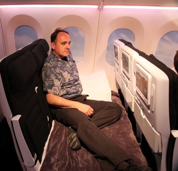 옆좌석이 비었다면 혼자서 모든 자리 독차지해 퍼스트 부럽지 않은 침대 여행을..