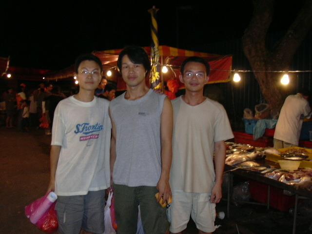 2004년 6월 20일 집에 같이 묵는 중국에서 유학 온 친구들과