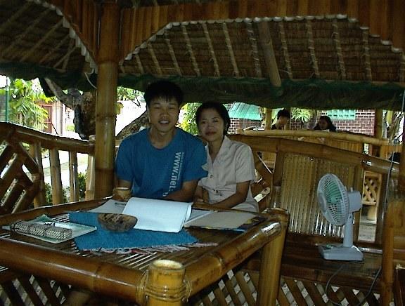 2001년 6월 22일로 연수원에 3개월 기간이 끝날 때쯤에 그곳 튜터와 찍은 사진