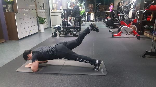 코어(Core) 강화 - 플랭크 백 킥(Plank back kick)