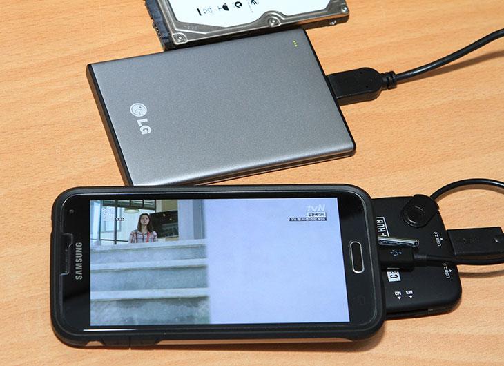 스마트폰 외장하드, LG UD1, 슬림 외장하드 사용기,슬림외장하드,스마트폰,외장하드, 외장 하드,IT,IT제품리뷰,제품리뷰,리뷰,후기,사용기,스마트폰 외장하드 LG UD1 슬림 외장하드 사용을 해 봤는데요. 요즘 외장하드는 전력소모량이 많이 낮아져서 OTG 케이블을 이용해서 스마트폰과 직접 연결이 가능합니다. 물론 구형의 외장하드의 경우에는 전력사용량이 높아서 안되는경우도 있지만요. 스마트폰 외장하드 LG UD1은 보통때에는 얇고 가벼워서 휴대용으로 들고다니는 USB 외장하드로 사용할 수 있고 스마트폰으로 직접 음악을 재생하고 싶을 때에는 스마트폰과 OTG 연결을 통해서 음악이나 동영상을 직접 재생이 가능한 모델 입니다. 안정적으로 구동하기 위해서 상당히 저전력으로 동작하는 하드디스크가 사용되었습니다. 두께는 9mm 정도로 많이 얇아서 휴대하기에도 좋습니다. 물론 꼭 스마트폰이 아니더라도 태블릿등과도 직접 연결이 가능해서 안드로이드 태블릿 등으로 업무를 보는 분들에게도 괜찮은 스토리지가 됩니다. 태블릿에 영화를 복사해서 들고다니는 것보다 하드디스크에 복사를 하는게 속도가 더 빠르기 때문에 활용해볼만 하죠.