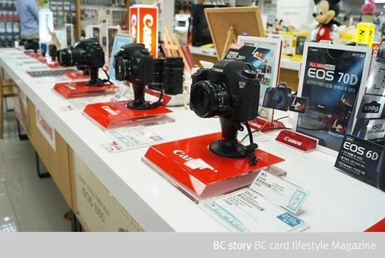 전자제품 매장에 전시된 eos 70d를 비롯한 DSLR 카메라