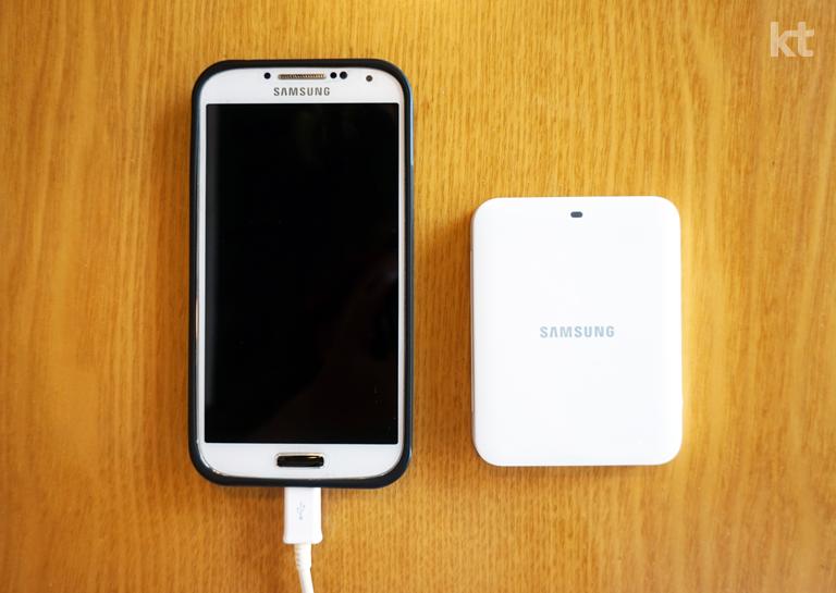 갤럭시 S4 화이트 모델과 배터리 충전기