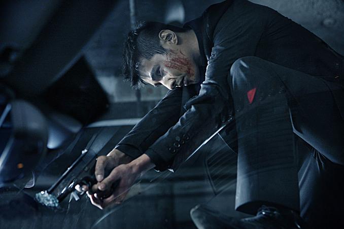 영화 <아저씨>에서 원빈이 방탄유리를 총으로 쏘는 장면