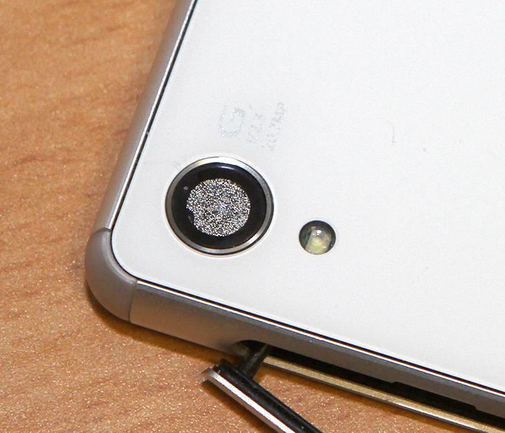 스마트폰 카메라 습기 ,스마트폰 카메라 습기 없애는 방법, 엑스페리아 Z3 카메라 습기,스마트폰 카메라 습기 제거,습기제거,스마트폰 습기,실리카겔,실리카겔 습기 제거,IT,팁,유용한 팁,카메라 물기 없애기,스마트폰 카메라 습기 없애는 방법을 통해서 엑스페리아 Z3 카메라 습기를 제거해보도록 하겠습니다. 물론 이 제품은 IP68 등급의 방수 방진 능력이 있습니다. 물에 담그더라도 문제는 없는데요. 근데 저는 테스트 중에 문제가 생겼습니다. 습기가 찬것이죠. 스마트폰 카메라 습기 없애는 방법은 예전에도 제가 소개한적이 있지만 이번에는 실전으로 엑스페리아 Z3 카메라 습기를 제거해보기로 합니다.막상 카메라에 습기가 차니 난감하더군요. 저는 처음에 생각이 바로 든 것이 실리카겔 이었습니다. 실리카겔은 습기를 제거할 수 있습니다. 대용량도 가격도 비교적 저렴한 편이죠. 최근에는 친환경 제품도 많이 나와있구요. 스마트폰 카메라 습기 없애는 방법은 즉 어렵진 않습니다. 실리카겔을 여러개를 지퍼백에 넣어놓고 스마트폰을 배터리를 분리하거나 커버를 열어두는등 최대한 오픈 한 상태로 함께 넣어두고 하루이상 두면 됩니다.참고로 실리카겔은 계속 재사용이 가능 합니다. 습기를 많이 머금은 실리카겔은 전자렌지에 4분정도 돌린 뒤 식히는 과정을 2-3 번정도 해주면 완전히 마른 상태가 됩니다. 그 상태로 계속 사용이 가능하죠. 스마트폰 뿐아니라 Dslr의 카메라에 너무 높은 습기가 닿지 않도록 보호하는 역할도 할 수 있습니다. 물론 전자기기도 너무 낮은 습기에서도 문제가 될 수 있으므로 적정 수준의 습도를 유지해주면 됩니다. 단 지금은 스마트폰에 습기가 들어간 상태이므로 이것을 완전히 제거하는게 먼저이죠.