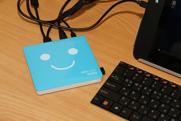 젠큐브 미니 사용기,젠큐브 미니 후기,젠큐브 미니, Zencube Mini 리뷰, 조이젠,joyzen,IT,IT 제품리뷰,컴퓨터,미니컴퓨터,속도,체감속도,젠큐브 미니 사용 후기를 올려봅니다. Zencube Mini 리뷰편 인데요. 조이젠에서 판매하고 있는 특화된 미니 피씨 입니다. 사용해보기 전에 이미 한번 봤던 터라 어떤 제품인지 대략은 알고 있었습니다만 직접 사용해보면서 더 많은것을 알게 되었습니다. 젠큐브 미니 사용할 때 특이한 점이 있었는데 내부에 배터리가 약간 들어있는것 같았습니다. 근데 전원없이 켤 수 있는것인가 라고 생각했더니 그건 또 아니더군요. 전원선이 잠깐 순간 끊어지더라도 바로 전원이 차단되지 않도록 되어있었습니다. 설명서에는 그런 내용이 없었지만요. 젠큐브 미니 사용시 맘에 들었던 점은 저장공간이 64GB라는 점이네요. 덕분에 윈도우10을 설치하는데 있어서도 여유롭게 업그레이드가 가능 했습니다. 동영상을 재생하는 성능이나 웹서핑도 괜찮았습니다. 물론 약간 아쉬울 수 있는 점은 2.4GHz의 무선성능인데요. 이부분은 유선랜포트를 이용해서 속도를 올리면 좀 더 빠르게 사용이 가능 합니다.