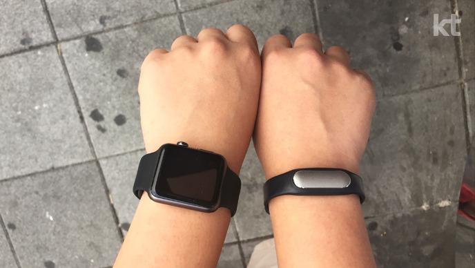 양손목에 착용한 애플워치 스포츠 블랙과 샤오미 미밴드