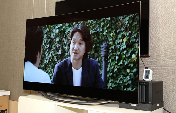 LG 올레드(OLED) TV ,55인치, 55EC9310, 비법 ,화질, 느껴보기,비법,IT,제품리뷰,후기,사용기,LG 올레드(OLED) TV 55인치 55EC9310 으로 요리프로그램 <비법>의 화질 느껴보기를 해 봤는데요. 그전에 사용하던 TV는 46인치 였는데 55인치로 올라가면서 먼저 화면이 커지니 시원하고 안정감이 있네요. 그런데 이게 전부다가 아닙니다. OLED TV 는 자연색에 가장 가까운 색을 보여줍니다. LG 올레드(OLED) TV 55인치 55EC9310은 스펙적으로는 55인치에 FHD 해상도의 TV 입니다. 높은 명암비 그리고 백라이트  없이 스스로 빛을 내는 OLED TV 특성상 응답속도가 아주 빠릅니다. 아주 빠르게 지나가는 영상이나 명암대비가 극대화되는 영상에서 특히나 화질적인 차이를 많이 느낄 수 있었습니다. LG 올레드(OLED) TV는 해외 언론에서도 호평을 받았는데요. 놀라운 명암대비와 생생하고 깊이 있는 블랙컬러로 OLED의 잠재력을 입증했다고 호평을 받았습니다. 처음에는 사용해보면 화질이 와 좋아졌구나 하고 느끼는 정도이지만 더 확실히 느끼는건 OLED TV를 보다가 일반 TV를 보면 화면색이 많이 죽어있는 듯한 느낌을 바로 받았습니다. 그만큼 색감이나 화질적인 부분에서 우수하죠.