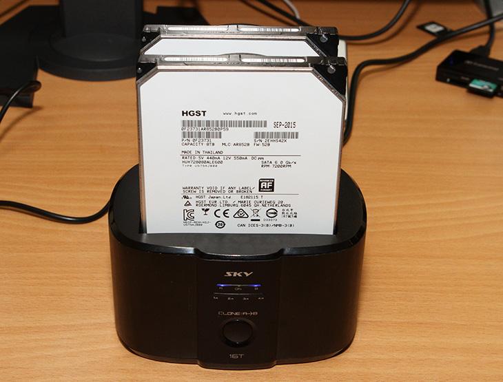 HDD 도킹스테이션, SKY 16T ,듀얼독, USB3.0 ,HGST ,16TB,IT,IT 제품리뷰,복제 기능을 이용해서 백업을 해둘 수 있는 제품을 소개 합니다. 기본적으로는 저장장치 2개를 동시에 켤 수 있습니다. HDD 도킹스테이션 SKY 16T 듀얼독 USB3.0 인데요. HGST 16TB 즉 8TB 2개를 장착해서 사용이 가능한 제품 입니다. 요즘은 동영상이나 사진 등을 저렴해진 하드디스크에 저장하는게 익숙합니다. 하드디스크 갯수가 많아지면 좀 불편해지는데요. HDD 도킹스테이션 SKY 16T 같은 제품을 이용하면 쉽게 장착하고 필요한 데이터를 간단히 사용할 수 있습니다. 그리고 이 제품은 특별한 기능도 하나 더 가지고 있습니다.