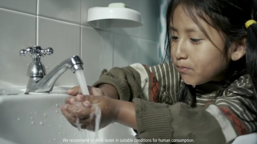 당신이 양치질을 하는 동안 잠그지 않은 수도꼭지를 통해 버려지는 물을 세계의 누군가는 한달간 사용할 수 있습니다. 치약 브랜드인 콜게이트(Colgate)의 TV 공익광고 'Making Every Drop of Water Count'편 [한글자막]