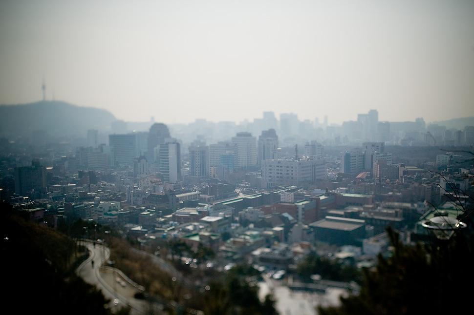 낙산공원에서 바라본 서울의 모습. 희뿌연 스모그가 눈에띄는 회색도시