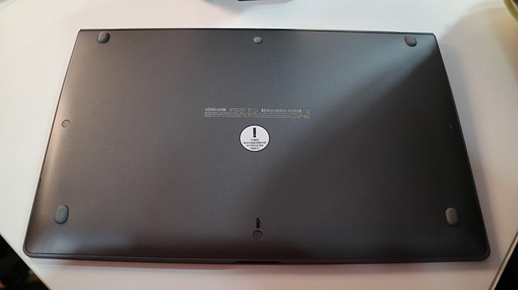 LG PC그램15 2016, 무게, 980g, 이하 ,사이즈, 더 커져,IT,IT 제품리뷰,노트북 부분에서 엘지는 상당히 비약적 발전을 하고 있습니다. 실제로 지금 반응이 상당히 좋은데요. LG PC그램15 2016 무게는 980g 이하 사이즈는 더 커졌습니다. 과거에는 15인치 노트북이라고 하면 좀 큰 노트북을 상상하기 쉬운데요. 이제는 그런 상식이 통하지 않게 되었습니다. 물론 이미 슬림해지고 얇은 노트북은 많이 나와있습니다. 하지만 거기에서 더 얇고 가볍게 만드는것은 상당히 힘든 과정이 기다리고 있습니다. LG PC그램15 2016 역시도 15인치인데 1Kg 미만의 무게를 만들기 위해서 상당히 여러가지 노력이 들어갔습니다. 화면도 변화되었고 배터리 성능도 개선이 되었죠. 얇으면서도 좋은 키감을 위해서도 많은 시행착오가 있었습니다.