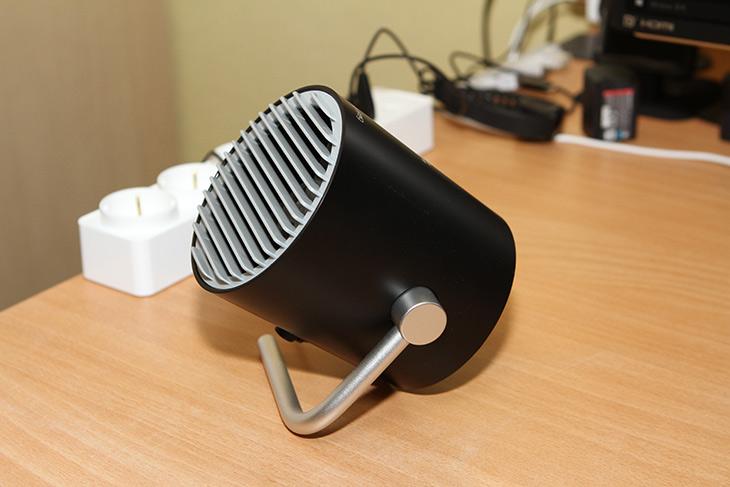 USB 선풍기 ,Smart Frog Mini USB Dual Blades ,사용기,IT,IT 제품리뷰,탁상용 선풍기로 사용하기 괜찮은 제품인데요. 두개의 팬이 들어가 있습니다. USB 선풍기 Smart Frog Mini USB Dual Blades 사용을 해 봤는데요. 비교적 소음은 낮으면서 바람을 꽤 멀리 보내는군요. USB 선풍기 이므로 전력소모량이 낮고 오랜 시간 켜놓아도 문제가 없습니다. 디자인도 나름 괜찮아서 책상에 놓아도 잘 어울리네요. 근데 실제로 사용시 받침대 부분 모양 때문에 약간 평평한 곳에서만 사용이 가능한 제품이네요. 각도 조절도 어느정도는 제한이 있습니다.