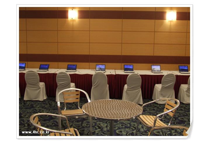 카페 한쪽에 마련된 노트북들...