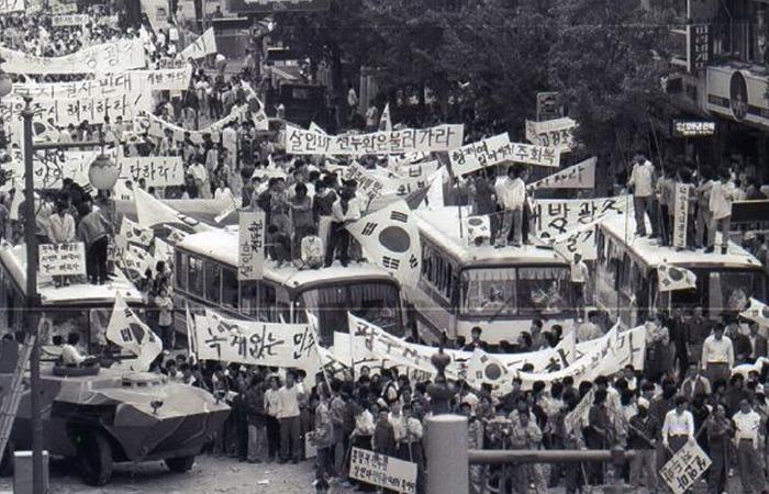 사진: 1980년 5월, 영화 택시운전사의 실화인 광주 민주화운동의 실제 현장 사진. 광주 시민들은 민주주의와 군부쿠데타 독재세력에게 항거했다. 이들은 보수주의자들에 의해 아직도 공격받고 있는 중이다. [위르겐 힌츠페터와 김사복]