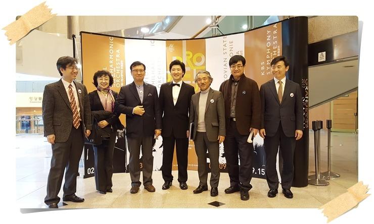 대전시립교향악단 후원회 임원들과 피아니스트 김원(보우 타이)