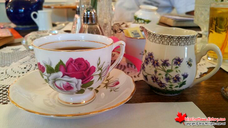 Bone_China_tea_cup_Colclough