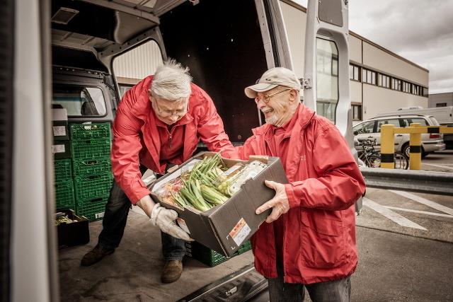 타펠의 자원활동가가 기증받은 음식을 차에 싣고 있는 모습