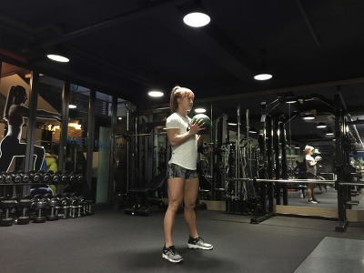 메디신 볼(medicine ball)을 이용한 와이드 스쿼트(wide squat) & 컬(curl)