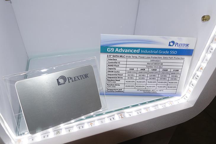 컴퓨텍스 2015 플렉스터, M.2 ,M7E, PCI-E, M6V, SSD 신제품,IT,IT제품리뷰,후기,사용기,컴퓨텍스,computex,컴퓨텍스 2015 플렉스터 부스에서 M.2 M7E ,PCI-E M6V SSD 신제품이 전시가 되어있었습니다. M7e M.2 형태이지만, PCI-E 4X 인터페이스를 이용하는 제품으로 순차 읽기 속도가 1200MB/sec를 넘는 제품으로 이전에 나왔던 M6e 제품에 비해서 읽기 쓰기 속도가 월등하게 올라 갔습니다. 제가 컴퓨텍스 2015 플렉스터 부스에서 찍는 시간이 부족해서 충분히 확인해보진 못했지만 확실히 이제는 S-ATA3인터페이스의 속도 제한 때문에 더 빠른 인터페이스로의 제품들이 주류를 이루었습니다. M7e PCIe SSD 외에 M6GV M.2 SSD, M6MV (mSATA SSD),  M6V 2.5인치 SSD등 다양한 제품이 나와있었습니다. 확실히 그전 컴퓨텍스 플렉스터 부스에서는 2.5형 SSD에 주력하는 느낌이었는데요. 이번에는 PCIe SSD 쪽으로 바뀐듯합니다. 아무래도 속도 제한을 해결하는것에서는 이방법이 최선이니까요.