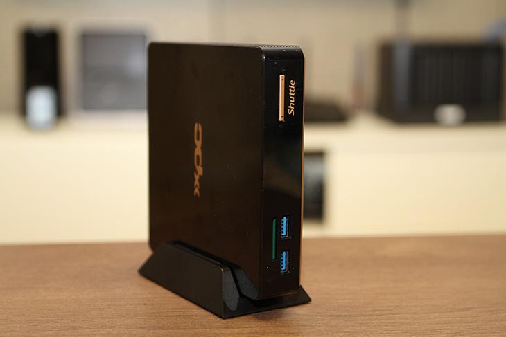 셔틀 ,XPC ,NC01U5, 4K ,영상 ,재생, 및, 거실 ,영상, 재생용,IT,IT 제품리뷰,컴퓨터의 성능이 좋아지면서 작은것이 다시 조명 되고 있습니다. 사무용으로 또는 작은 공간에 사용하기 딱인 제품인데요. 셔틀 XPC NC01U5는 4K 영상 재생 및 거실 영상 재생용으로 괜찮은 제품 입니다. i5 5200U 프로세서를 사용하고 HD5500을 사용하며 저장장치나 램용량은 임의로 정할 수 있습니다. 작은 컴퓨터이지만 성능이 비교적 괜찮아서 쓸모가 많습니다. 셔틀 XPC NC01U5를 이용해서 게임도 해보고 웹서핑과 문서 작성도 해보고 영상재생도 해봤습니다. 그럼 아래에서 성능을 좀 알아보도록 하죠.