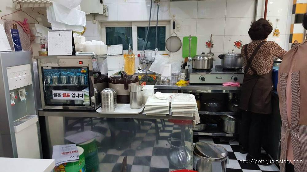 충무김밥 오픈 주방