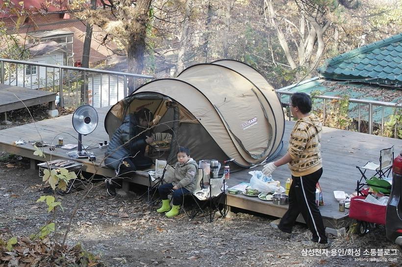 데크 위에 텐트 펴고 캠핑 즐기는 가족