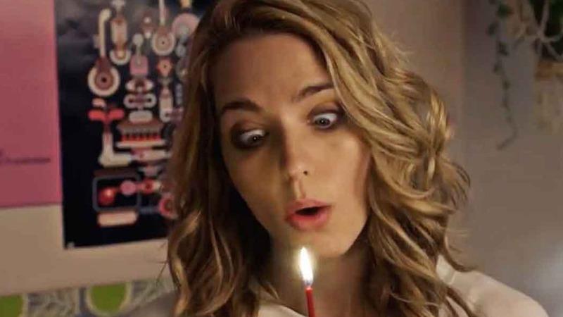 사진: 룸메이트 로리가 주는 생일 케이크 촛불을 성의 없이 불어주는 트리. 이 장면은 스포일러 장면이니 잘 봐둘 것. [해피데스데이 줄거리 후기]